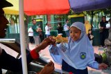 Pedagang Cireng (Aci/tepung kanji Goreng), Iwan Keyo (48), melayani pembeli jajanan asli Bandung yang berbentuk aneka hewan di Patrang, Jember, Jawa Timur, Rabu (18/9/2019). Cireng merupakan jajanan yang lagi fenomenal di lingkungan anak sekolah dasar, berbahan dasar tepung kanji, berbentuk aneka hewan dan benda, seperti burung, gajah, pesawat, di jual mulai Rp1000-Rp6000 per jajanan. Antara Jatim/Seno/zk.
