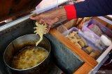 Pedagang Cireng (Aci/tepung kanji Goreng), Iwan Keyo (48), menggoreng jajanan asli Bandung yang berbentuk aneka hewan di Patrang, Jember, Jawa Timur, Rabu (18/9/2019). Cireng merupakan jajanan yang lagi fenomenal di lingkungan anak sekolah dasar, berbahan dasar tepung kanji, berbentuk aneka hewan dan benda, seperti burung, gajah, pesawat, di jual mulai Rp1000-Rp6000 per jajanan. Antara Jatim/Seno/zk.