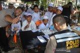 Tim Kedokteran Polda Aceh memberikan obat kepada santri saat berlangsung pengobatan massal  di Dayah Roudhatul Jannah, Desa Siron, Kecamatan Ingin Jaya, Kabupaten Aceh Besar, Aceh, Kamis (19/9/2019). Sebanyak 2.000 santriwan dan santriwati yang mendapat pengobatan grastis, berupa pemeriksaan kesehatan dan pemeriksaan gigi di dayah tersebut merupakan rangkaian kegiatan bhakti sosial memperingati HUT ke-64 Lalu Lintas Polri yang diperingati setiap tanggal 22 September. Antara Aceh/Ampelsa.