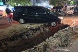 Pengerjaan saluran di Semarang, mobil terperosok