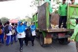 Relawan membersihkan sampah saat kegiatan World Cleanup Day (WCD) 2019 di area GOR Jayabaya Kota Kediri, Jawa Timur, Sabtu (21/9/2019). Kegitan gerakan bersih-bersih terbesar di dunia yang dilaksanakan serentak di 157 negara tersebut untuk mengajak warga mengurangi sampah plastik, agar lingkungan menjadi lebih bersih. Antara Jatim/Asmaul Chusna/zk.