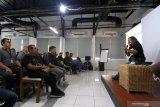 Kepala Divisi Museum dan Galeri Foto Jurnalistik ANTARA (GFJA) Oscar Motuloh  menjadi pembicara pada acara Bincang Fotografi di Koridor Siola, Surabaya, Jawa Timur, Sabtu (21/9/2019). Kegiatan Bincang Fotografi yang dihadiri oleh berbagai kalangan itu, merupakan rangkaian acara pameran foto Sportacular yang digelar hingga (28/9) di Siola Surabaya. Antara Jatim resep/Budi Candra Setya/zk.