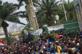 Mahasiswa berusaha jebol pintu gerbang DPR