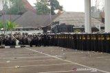 Massa aksi demo di DPRD Jabar lempari batu ke arah aparat