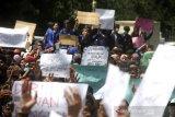 Mahasiswa gabungan dari perguruan tinggi berunjuk rasa di depan Gedung DPRD Kalsel, Banjarmasin, Kalimantan Selatan, Kamis (26/9/2019). Dalam aksi yang diikuti ratusan mahasiswa dari berbagai perguruan tinggi dan pelajar di kalsel tersebut untuk menyampaikan tuntutan mereka menolak sejumlah RUU serta meminta mencabut UU KPK yang baru.Foto Antaranews Kalsel/Bayu Pratama S.