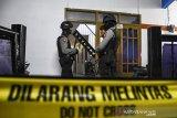 Petugas Kepolisian berjaga saat melakukan penggeledahan rumah kontrakan di Cimahi, Jawa Barat, Rabu (25/9/2019) malam.   Tim Densus 88 Polri bersama Kepolisian Daerah Jawa Barat mengamankan sejumlah dugaan barang bukti dari salah satu kamar rumah kontrakan milik dua dari enam terduga teroris kelompok JAD yang ditangkap di Bekasi. ANTARA FOTO/Novrian Arbi/agr