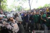 Mahasiswa bentrok dengan petugas kepolisian saat berunjuk rasa di depan Gedung DPRD Kalsel, Banjarmasin, Kalimantan Selatan, Kamis (26/9/2019). Dalam aksi yang diikuti ratusan mahasiswa dari berbagai perguruan tinggi dan pelajar di kalsel tersebut untuk menyampaikan tuntutan mereka menolak sejumlah RUU serta meminta mencabut UU KPK yang baru.Foto Antaranews Kalsel/Bayu Pratama S.