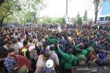 Mahasiswa saling dorong dengan petugas kepolisian saat berunjuk rasa di depan Gedung DPRD Kalsel, Banjarmasin, Kalimantan Selatan, Kamis (26/9/2019). Dalam aksi yang diikuti ratusan mahasiswa dari berbagai perguruan tinggi dan pelajar di kalsel tersebut untuk menyampaikan tuntutan mereka menolak sejumlah RUU serta meminta mencabut UU KPK yang baru.Foto Antaranews Kalsel/Bayu Pratama S.