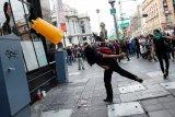 Unjuk rasa di Meksiko meluas, massa melemparkan batu ke Kedubes AS