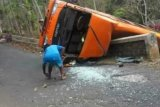 Minibus terguling dua penumpang meninggal