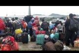 Warga antre menaiki pesawat milik TNI di Bandara Wamena, Jayawijaya, Papua, Sabtu (28/9/2019). Warga Wamena terus memadati bandara untuk meninggalkan Wamena pascakerusuhan pada Senin (23/9/2019). ANTARA FOTO/Iwan Adisaputra/nym.