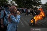 Massa yang tergabung dalam Aliansi Mahasiswa Jawa Barat melakukan aksi unjuk rasa di depan Gedung Sate, Bandung Jawa Barat, Jumat (27/9/2019). Aksi tersebut untuk menuntut pemerintah khususnya DPR membatalkan semua Rancangan Undang Undang yang masih dianggap bermasalah serta menegakkan keadilan untuk korban represif aparat. ANTARA JABAR/Novrian Arbi/agr