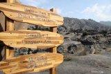 Papan rambu dalam tiga bahasa terpasang di kawasan Gunung Bromo, Probolinggo, Jawa Timur,  Sabtu (28/9/2019). Gunung Bromo merupakan salah destinasi wisata yang paling ramai dikunjungi wisatawan setiap tahunnya. Antara Jatim/Umarul Faruq/zk