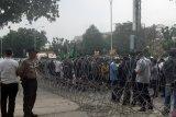VIDEO - Pagar berduri hadang massa pendemo di depan DPRD Riau, 1.250 aparat diturunkan