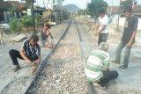 Warga dipersilakan bongkar palang besi di perlintasan kereta api