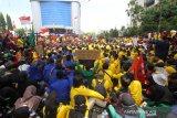 Mahasiswa gabungan dari berbagai perguruan tinggi berunjuk rasa di Jalan Lambung Mangkural, Banjarmasin, Kalimantan Selatan, Senin (30/9/2019).Dalam aksi yang diikuti ratusan mahasiswa dari berbagai elemen mahasiswa di sejumlah perguruan tinggi di kalsel tersebut mereka meminta pencabutan UU KPK dan sejumlah RUU serta menagih tuntutan janji kepada anggota DPRD Provinsi Kalsel.Foto Antaranews Kalsel/Bayu Pratama S.