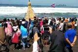 VIDEO: Ratusan wisatawan Pantai Glagah rebutan gunungan