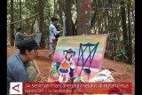 VIDEO : seniman mancanagera melukis di Hutan Pinus Mangunan