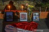 Massa yang tergabung dari elemen mahasiswa, pelajar dan komunitas menyimpan foto dan menabur bunga sekaligus menyalakan lilin saat aksi solidaritas di Depan Patung Ema Eroh, Alun-Alun Kota Tasikmalaya, Jawa Barat, Senin (1/10/2019). Dalam aksinya mereka mengecam tindakan represif yang dilakukan oknum aparat Kepolisian sehingga mengakibtkan tewasnya mahasiswa Universitas Halu Oleo Randy dan Yusup Kardawi, serta SMK Al - jihad Tanjung Priok Bagus Putra Mahendra yang gugur dalam unjukrasa menuntut penolakan RUU KUHP dan UU KPK dan berdoa bersama. ANTARA FOTO/Adeng Bustomi/agr