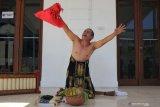 Meimura (56) seorang seniman teater melakukan aksi monolog berjudul 'Ruwat Pancasila' di komplek Balai Pemuda, Surabaya, Jawa Timur, Selasa (1/10/2019). Aksi itu untuk memperingati Hari Kesaktian Pancasila. Antara Jatim/Didik S/ZK