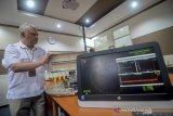 Peneliti dari Lembaga Ilmu Pengetahuan Indonesia (LIPI) mengoperasikan alat radar navigasi di Pusat Penelitian Elektronika dan Telekomunikasi LIPI, Bandung, Jawa Barat, Senin (30/9/2019).LIPI mengembangkan arsitektur sistem telekomunikasi maritim terintegrasi dengan menggabungkan sistem komunikasi laut berbasis ad-hoc network yang mampu mengatasi segala keterbatasan sistem komunikasi maritim saat ini. ANTARA FOTO/Raisan Al Farisi/agr
