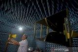 Peneliti dari Lembaga Ilmu Pengetahuan Indonesia (LIPI) memeriksa antene pengukuran frekuensi di ruang kedap elektromagnetik di Pusat Penelitian Elektronika dan Telekomunikasi LIPI, Bandung, Jawa Barat, Senin (30/9/2019). LIPI mengembangkan arsitektur sistem telekomunikasi maritim terintegrasi denganLIPI mengembangkan arsitektur sistem telekomunikasi maritim terintegrasi dengan menggabungkan sistem komunikasi laut berbasis ad-hoc network yang mampu mengatasi segala keterbatasan sistem komunikasi maritim saat ini. ANTARA FOTO/Raisan Al Farisi/agr