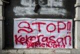 Mahasiswa dan pelajar melakukan aksi unjuk rasa di depan Gedung DPRD Jawa Barat, Bandung, Jawa Barat, Senin (30/9/2019). Aksi tersebut menuntut DPR segera mencabut seluruh Rancangan Undang Undang yang dianggap bermasalah serta menuntut Pemerintah Indonesia Khususnya Presiden untuk segera menerbitkan Perppu UU KPK. ANTARA FOTO/Novrian Arbi/agr