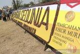 Pengunjung melihat instalasi berbahan dodol mangga dipamerkan saat Festival Hari Pangan Sedunia di Sport Center, Indramayu, Jawa Barat, Rabu (2/10/2019). Festival yang menyajikan berbagai produk pangan unggulan Jawa Barat tersebut untuk memajukan kualitas produk pangan dalam negeri. ANTARA FOTO/Dedhez Anggara/agr