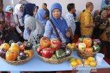 Pengunjung melihat produk unggulan yang dipamerkan saat Festival Hari Pangan Sedunia di Sport Center, Indramayu, Jawa Barat, Rabu (2/10/2019). Festival yang menyajikan berbagai produk pangan unggulan Jawa Barat tersebut untuk memajukan kualitas produk pangan dalam negeri. ANTARA FOTO/Dedhez Anggara/agr