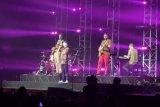 Lukas Graham berpakaian batik saat tampil perdana di Indonesia