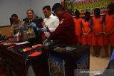 Kapolres Jombang, AKBP Boby Paludin Tambunan (dua kiri) didampingi Wakapolres Kompol Budi Setiono (kiri) dan Kasat Reskrim AKP Azi Pratas Guspit (dua kanan) menunjukkan barang bukti hasil Operasi Sikat Semeru 2019 di Mapolres Jombang, Jawa Timur, Selasa (1/10/2019). Polres Jombang berhasil mengungkap 14 kasus dan menangkap 12 orang tersangka berbagai tindak kejahatan dalam operasi sikat semeru 2019 yang digelar mulai 16-27 September. Antara Jatim/Syaiful Arif/zk.