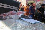 Polisi menunjukkan tersangka serta barang bukti saat ungkap kasus kejahatan jalanan selama Operasi Sikat Semeru 2019 di Polda Jawa Timur, Surabaya, Jawa Timur, Kamis (3/10/2019). Direktorat Reserse Kriminal Umum (Ditreskrimum) Polda Jawa Timur menangkap 17 orang tersangka dan mengamankan sejumlah barang bukti dalam operasi yang digelar selama 12 hari tersebut. Antara Jatim/Didik S/ZK