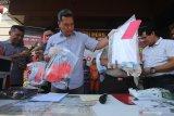 Polisi menunjukkan tersangka serta barang bukti saat ungkap kasus kejahatan jalanan selama Operasi Sikat Semeru 2019 di Polda Jawa Timur, Surabaya, JawaTimur, Kamis (3/10/2019). Direktorat Reserse Kriminal Umum (Ditreskrimum) Polda Jawa Timur menangkap 17 orang tersangka dan mengamankan sejumlah barang bukti dalam operasi yang digelar selama 12 hari tersebut. Antara Jatim/Didik S/ZK