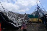 Puting beliung porak-porandakan kios Pasar Padang Luar Agam, tiga warga terluka