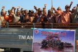 Warga-pelajar ikut serta dalam defile pasukan TNI