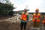 Kepala Divisi Pencegahan dan Penindakan Komisi Pemberantasan Korupsi (KPK) Koordinator Wilayah 7 Nana Mulyana (kiri) saat mengunjungi pelabuhan khusus batu bara milik PT. Talenta Bumi didampingi Kepala Dinas Energi Sumber Daya Mineral Isharwanto (kanan) di Marabahan, Kabupaten Barito Kuala, Kalimantan Selatan, Senin (7/10/2019).Tim KPK yang diwakili Kepala Divisi Pencegahan dan Penindakan Korwil 7 melakukan inspeksi mendadak ke pelabuhan khusus batu bara guna menindaklanjuti temuan aktivitas tambang ilegal di Kalsel. Foto Antaranews Kalsel/Bayu Pratama S.