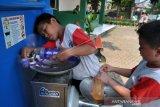 Pelajar SD mengisi botol minumnya di Kran Air Siap Minum, Taman Sempur, Kota Bogor, Jawa Barat, Senin (7/10/2019). Pemerintah Kota Bogor melalui Perusahaan Daerah Air Minum (PDAM) Tirta Pakuan Bogor menyediakan fasilitas Kran Air Siap Minum di ruang terbuka publik selain untuk mempermudah warga menikmati air minum juga untuk mengurangi penggunaan botol dan gelas plastik. ANTARA FOTO/Arif Firmansyah/ama.