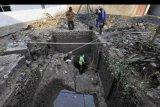 Sejumlah warga mengeruk lumpur di lokasi yang menyerupai bangunan kuno di pekarangan warga di Kelurahan Trondol, Serang, Banten, Selasa (8/10/2019). Warga Kelurahan Trondol menemukan situs purbakala peninggalan Kesultanan Banten yang menyerupai tempat pemandian menyusul penemuan situs saluran air yang saat ini tengah diteliti Tim Arkeologi UI. ANTARA FOTO/Asep Fathulrahman/nym