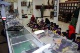 Siswa TK sekolah alam Insan Mulia Surabaya mengunjungi Museum Pusat Penerbangan TNI Angkatan Laut (Puspenerbal) Sidoarjo, Jawa Timur, Selasa (8/10/2019). Kunjungan tersebut merupakan salah satu bentuk pendidikan lapangan untuk mengenal dan mempelajari tentang alutsista TNI AL khususnya pesawat udara serta mendorong para siswa untuk mencintai dunia kedirgantaraan. Antara Jatim/Umarul Faruq/zk