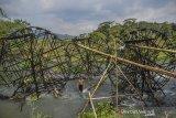 Petani memeriksa kincir air yang dipasang dialiran Sungai Citanduy, Kampung Sukasirna, Kabupaten Tasikmalaya, Jawa Barat, Senin (7/10/2019). Musim kemarau yang berkepanjangan membuat petani di kawasan tersebut harus menambah jumlah kincir air dari sebelumnya dua kincir menjadi delapan kincir agar bisa mengairi lahan pertanian. ANTARA FOTO/Adeng Bustomi/agr