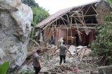 Batu besar hantam sejumlah rumah dan sekolah hingga ambruk