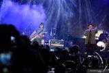 Kelompok musik Padi Reborn menghibur penggemarnya saat konser pada Jatim Fair 2019 di Surabaya, Jawa Timur, Selasa (8/10/2019) malam. Konser itu merupakan rangkaian acara Jatim Fair 2019 yang digelar dalam rangka memperingati Hari Jadi Ke-74 Provinsi Jawa Timur. Antara Jatim/Didik S/ZK