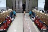 Barang bukti pelaku usaha jasa titipan ditunjukkan di Kantor Pengawasan dan Pelayanan Bea dan Cukai (KPPBC) Tipe Madya Pabean Juanda, Sidoarjo, Jawa Timur, Kamis (10/10/2019). antor Pengawasan Dan Pelayanan Bea Dan Cukai Tipe Madya Pabean Juanda mentertibkan pelaku usaha jasa titipan berupa 40 box iPhone, 90 botol MMEA dan 84 hp iPhone 11 yang belum dipasarkan di Indonesia. Antara Jatim/Umarul Faruq/zk