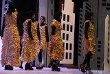 Model memperagakan busana yang dibuat dari keripik tempe dalam upaya pemecahan rekor Museum Rekor Indonesia (MURI) di Graha Cakrawala, Malang, Jawa Timur, Kamis (10/10/2019). Enam belas busana yang ditampilkan dalam peragaan busana tersebut dalam pembuatannya menghabiskan sekitar sebelas ribu keping keripik tempe. Antara Jatim/Ari Bowo Sucipto/zk