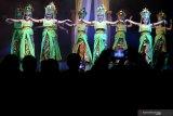 Warga menyaksikan tari Mayang sari pada Gelar Seni Budaya Daerah di Taman Budaya Jawa Timur, Surabaya, Jawa Timur, Jumat (11/10/2019) malam. Gelar seni budaya bertemakan 'Abyor Bumi Jember Pendalungan' itu menyajikan berbagai pertunjukkan kesenian, kerajinan dan produk unggulan dari Kabupaten Jember. Antara Jatim/Didik S/ZK