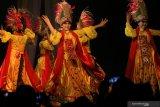 Warga menyaksikan tari Larung Bedadung pada Gelar Seni Budaya Daerah di Taman Budaya Jawa Timur, Surabaya, Jawa Timur, Jumat (11/10/2019) malam. Gelar seni budaya bertemakan 'Abyor Bumi Jember Pendalungan' itu menyajikan berbagai pertunjukkan kesenian, kerajinan dan produk unggulan dari Kabupaten Jember. Antara Jatim/Didik S/ZK