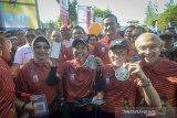 Menteri BUMN Rini Soemarno (kedua kiri) bersama Direktur Hubungan Kelembagaan BNI Adi Sulistyowati (kiri), Rektor ITB Kadarsah Suryadi (kedua kanan), Direktur Keuangan BNI Ario Bimo (kedua kanan belakang), dan Ketua Panitia BNI ITB Ultra Marathon Gatot Sudariyono (kanan) menunjukan aplikasi pembayaran digital link aja serta medali seusai mengikuti BNI ITB Ultra Marathon 5K di Bandung, Jawa Barat, Minggu (13/10/2019). Pada tahun ini, BNI ITB Ultra Marathon diikuti sekitar 6.000 pelari yang terbagi dalam berbagai kategori yaitu Individu 200K, Relay 2 200K, Relay 4 200K, Relay 9 200K, Relay 18 200K, serta Fun Run sejauh 5K. ANTARA FOTO/Raisan Al Farisi/agr