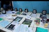Sejumlah barang bukti diperluhatkan oleh polisi seusai menggeledah kontrakan terduga teroris berinisial NAS dari kelompok Abu Zee Al Baghdadi di Kampung Rawa Kalong, Desa Karang Satria, Tambun Utara, Kabupaten Bekasi, Jawa Barat, Minggu (13/10/2019). Dari hasil penggeledahan tersebut Tim Densus 88 Mabes Polri mengamankan sejumlah barang bukti berupa buku-buku bertema khilafah, paku, kabel dan gunting. ANTARA FOTO/Arisanto/nym.