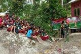 Prajurit TNI ajari anak desa terpencil membaca-berhitung