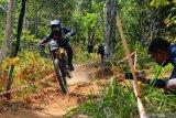 Tim Downhill Indonesia berlatih di lereng Merapi